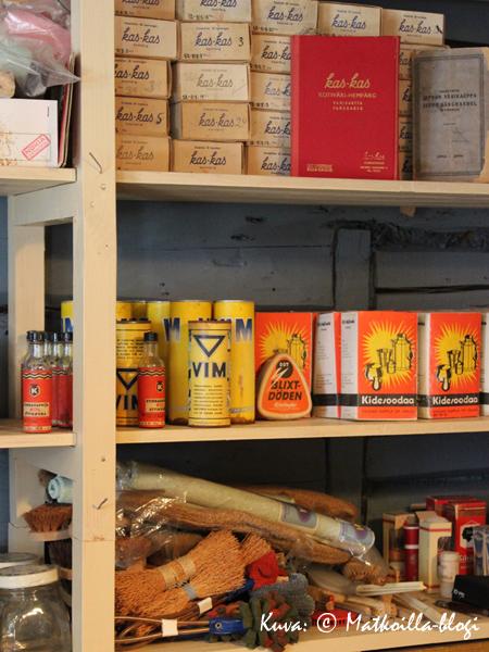 Kauppapuodin hyllyt notkuivat kaikkea tarpeellista pesuaineista… . Kuva: © Matkoilla-blogi