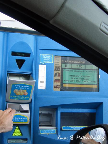 Autostradalla eteen tuli aina välillä maksuautomaatti. Kuva: © Matkoilla-blogi
