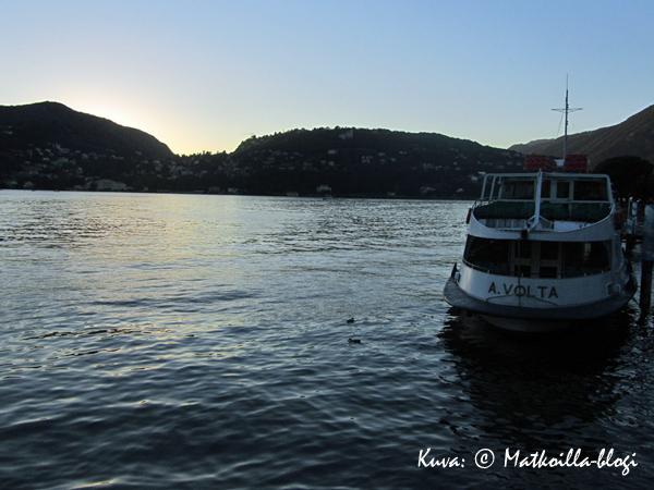 Illan sininen hetki Comojärven rannalla. Kuva: © Matkoilla-blogi