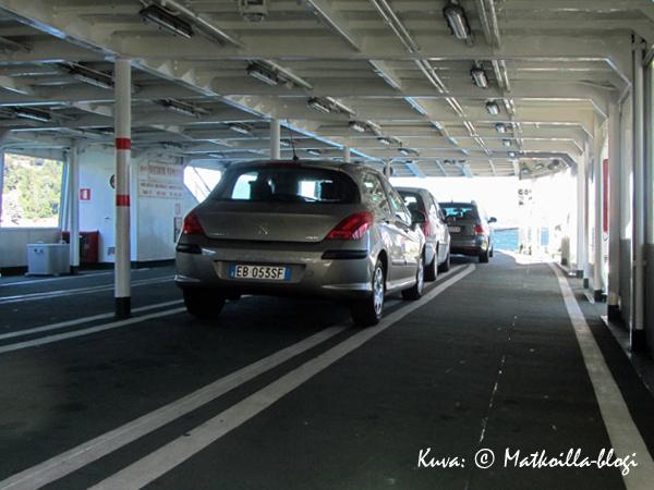 Auto parkkiin autokannelle… . Kuva: © Matkoilla-blogi