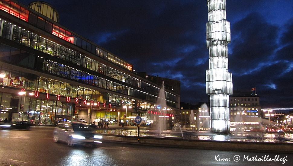 Tukholma: Sergelin tori iltavalaistuksessa. Kuva: © Matkoilla-blogi