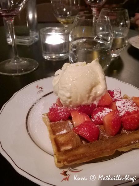 Muhkea belgialainen vohveli kruunasi aterian ja vei kielen mennessään… . Kuva: © Matkoilla-blogi