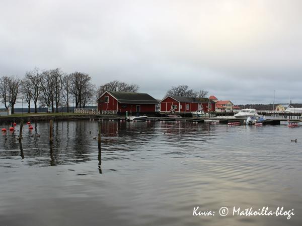Syksyinen Tammisaaren satama, taustalla kesäravintola Knipan. Kuva: © Matkoilla-blogi