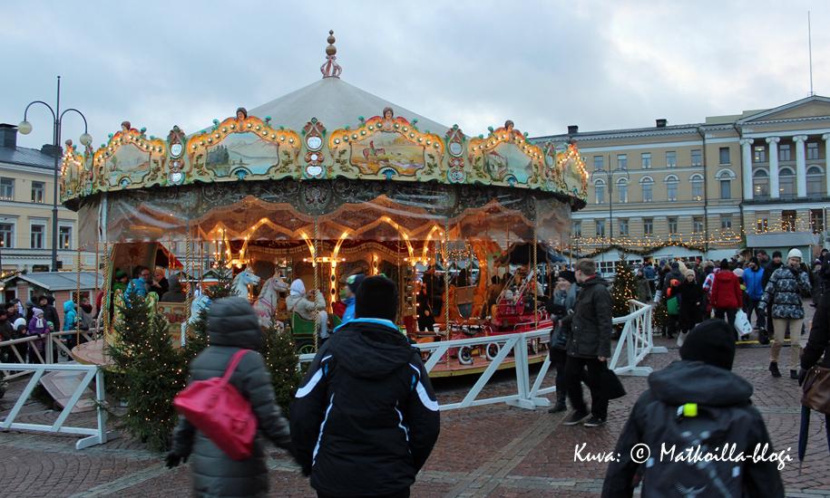 Tämän vuoden uutuus Tuomaanmarkkinoilla oli perinteinen karuselli, joka sopi kokonaisuuteen loistavasti. Kuva: © Matkoilla-blogi