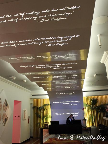 Lord Balfourin sisustuksessa teksti esiintyy yleisissä tiloissa niin katossa…. Kuva: © Matkoilla-blogi