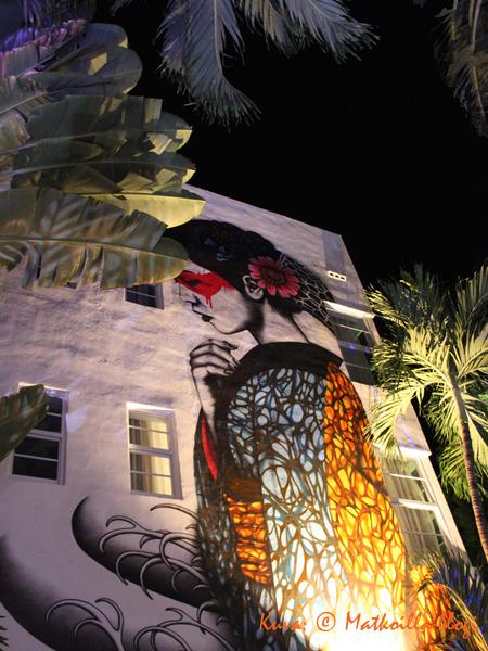 Hotellin kadun puolen terassin lisäksi sisäpiha tarjoaa suojaisan terassin banaanipuiden ja palmujen katveessa. Kuva: © Matkoilla-blogi