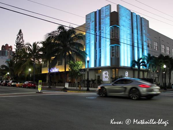 Hotel Lord Balfour iltavalaistuksessa. Kuva: © Matkoilla-blogi