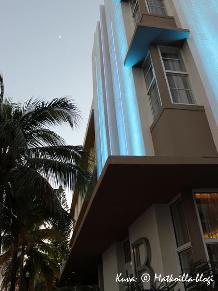 Hotel Lord Balfour ulkoa iltavalaistuksessa. Kuva: © Matkoilla-blogi