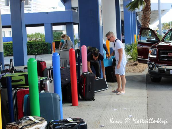 Laukkujen luovutus ja menoksi. Kuva: © Matkoilla-blogi
