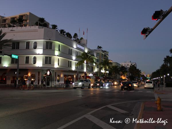 Ilta laskeutumassa Ocean Driven ylle Miami South Beachilla. Kuva: © Matkoilla-blogi