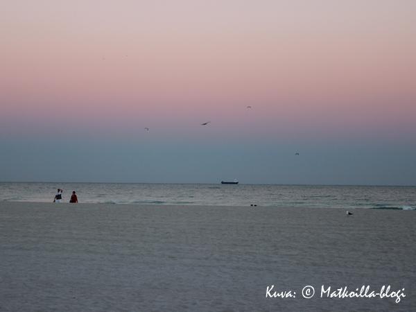 Hiekkaranta, aallot ja taivas joka säihkyy Art Decon sävyissä South Beachilla. Kuva: © Matkoilla-blogi