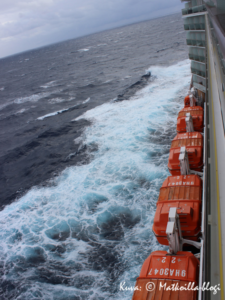 Ensimmäisen meripäivänä tuuli oli melko navakkaa ja nostatti jonkin verran maininkia. Kuva: © Matkoilla-blogi