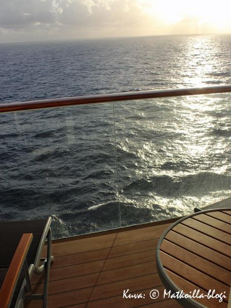 Oiva paikka nauttia auringosta niin aamuin, päivin kuin illoinkin aivan omassa rauhassa oli tietenkin hytin parveke. Kuva: © Matkoilla-blogi