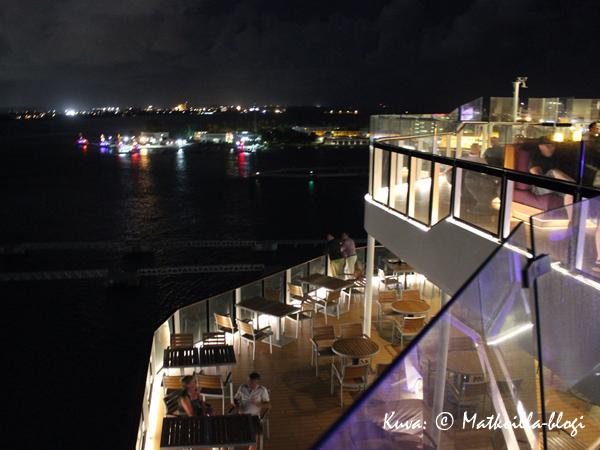 Sunset Barin alapuolella on Oceanview Café-buffetravintolan ulkoterassi. Kuva: © Matkoilla-blogi