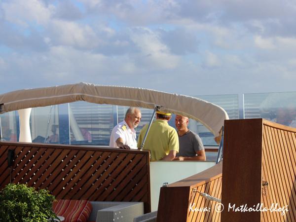 Laivan päällystöä näkyi ilahduttavan paljon matkustajien joukossa, tässä itse kapteeni on lähtenyt kierrokselle aurinkokannelle. Kuva: © Matkoilla-blogi