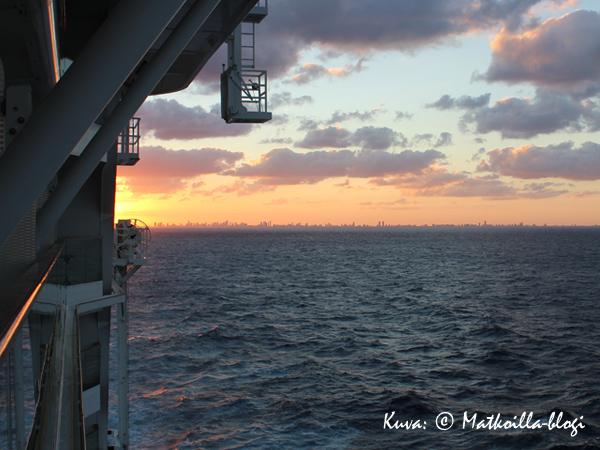 Aurinko on laskemassa Miamin taakse, risteily alkamassa ja suunnaksi Karibia. Kuva: © Matkoilla-blogi