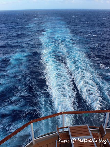 Sunset Barista oli ihanan rauhoittavaa seurata laivan taakse piirtyvää vanaa ja katsoa vaan horisontiin. Kuva: © Matkoilla-blogi