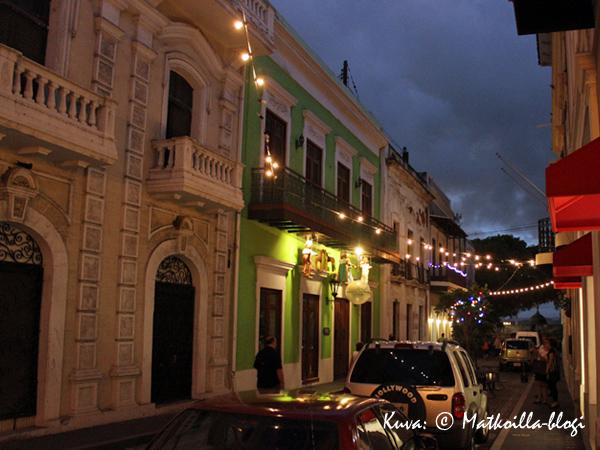 Illan tummuessa tunnelmalliset katuvalot syttyivät San Juanissa; huomatkaa uhkaavat sadepilvet. Kuva: © Matkoilla-blogi