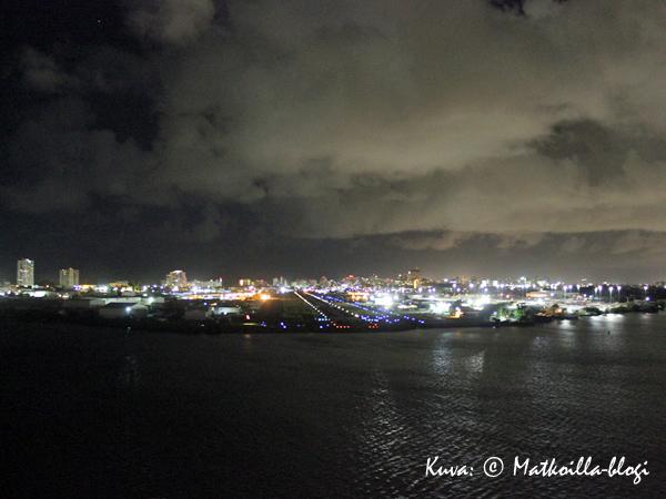 Ankkurit ylös ja menoksi; etualalla näkyy San Juanin lentokenttä, taustalla uuden keskustan pilvenpiirtäjät. Kuva: © Matkoilla-blogi