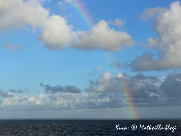 Avomerellä vastaan tuli välillä lyhyt sadekuuro, ja niinpä saimme ihailla myös sateenkaarta. Kuva: © Matkoilla-blogi