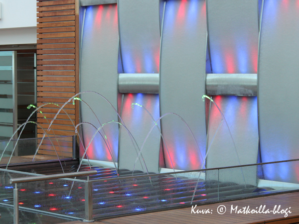 Sisäaltaan seinällä oli vuorokauden aikojen mukaan väriä vaihtava vesielementtiteos. Kuva: © Matkoilla-blogi