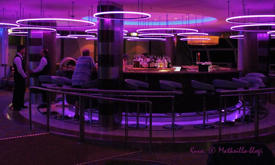 Kannen 14 keulassa sijaitseva Sky Observation Lounge toimi päiväsaikaan rauhallisena panoraamabaarina, illaksi tila muuntautui enemmänkin yökerhoksi. Kuva: © Matkoilla-blogi