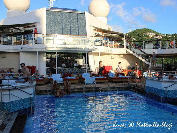 …ja Pool Bar sekä Mast Grill pitivät janon ja nälän loitolla. Kuva: © Matkoilla-blogi
