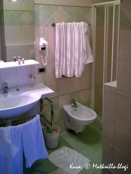 …ja samoiten pahoitteluni ryppyisistä pyyhkeistä huoneen 104 kylppärissä. Kuva: © Matkoilla-blogi