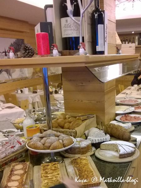 Hotelli Ariston - aamiaispöytä on katettu. Kuva: © Matkoilla-blogi