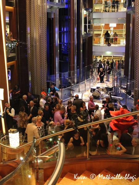 Grand Foyer-atriumpiha muuntautui illalla yökerhoksi. Kuva: © Matkoilla-blogi