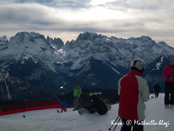Cinque Laghin yläaseman komeat näköalat Dolomiittien suuntaan. lumipyryssä. Kuva: © Matkoilla-blogi