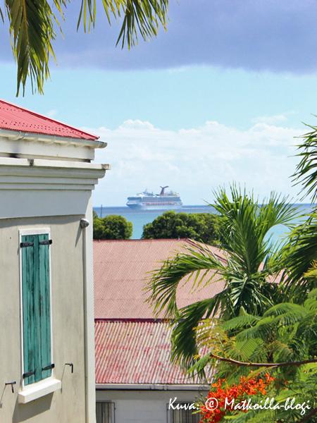 Carnival Cruisesin risteilijä saapumassa Charlotte Amaliehen. Kuva: © Matkoilla-blogi