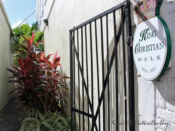 Charlotte Amalien keskustassa on lukuisia kortteleiden läpi kulkevia, kapeita kauppakujia… . Kuva: © Matkoilla-blogi