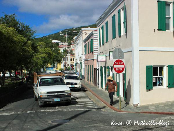 Charlotte Amalien kaduilla on kaikenlaisia kulkijoita - huomaattehan varoa katua ylittävää kanaa? Kuva: © Matkoilla-blogi