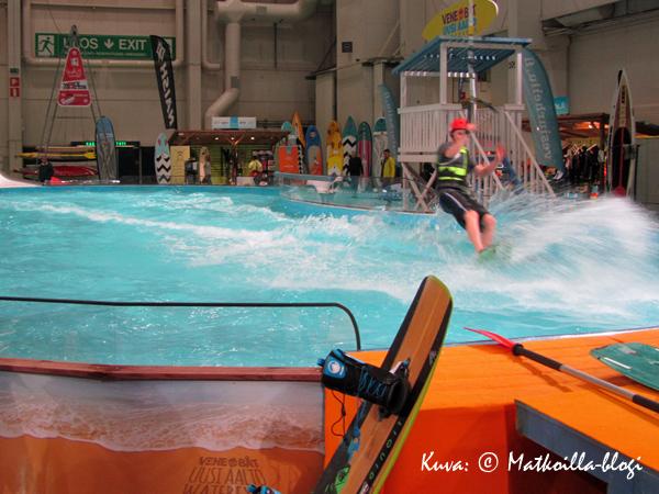 """Uusi Aalto-alueen altaassa kokeiltavana olivat myös erityyppiset vesisukset lyhyellä """"vaijerivedolla"""". Kuva: © Matkoilla-blogi"""
