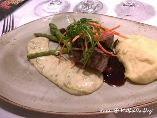 Food Garden: Kokonaisena paistettua häränfilettä, parsaa ja karhunlaukkabearnaisekastike. Kuva: © Matkoilla-blogi