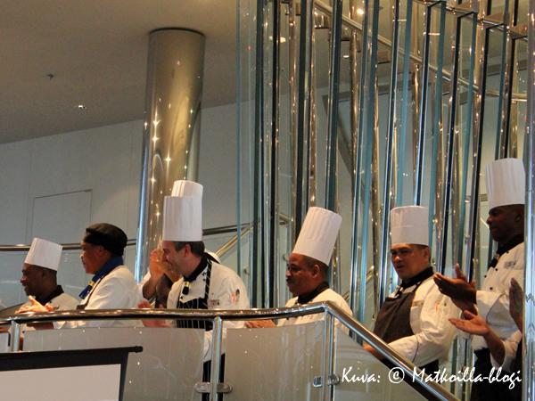 …sekä pitkä rivi laivan keittiöpäälliköitä, jotka kaikki vastasivat jostakin erikoisalueesta. Kuva: © Matkoilla-blogi