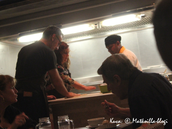 Halutessaan Lawn Club Grillissä pääsee itse osallistumaan ruoanlaittoon - niin pizzantekoon kuin grillaamiseenkin. Kuva: © Matkoilla-blogi