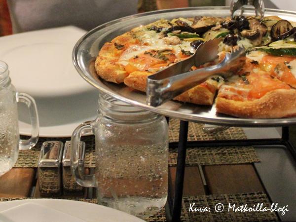 Alkuruoaksi tarjoiltiin pizzaa omavalintaisin täyttein. Kuva: © Matkoilla-blogi