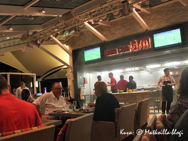 Lawn Club Grill - kaikkea mikä kuuluu grilli-iltaan (sis. savu). Kuva: © Matkoilla-blogi