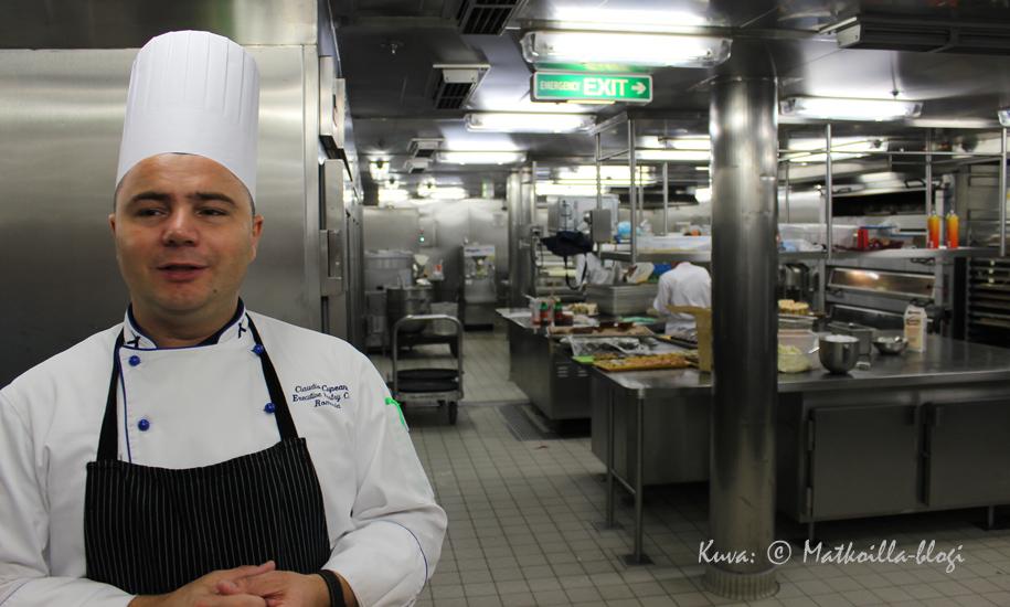 Celebrity Reflectionin Pastry Chef Claudio kierrätti keittiössä. Kuva: © Matkoilla-blogi