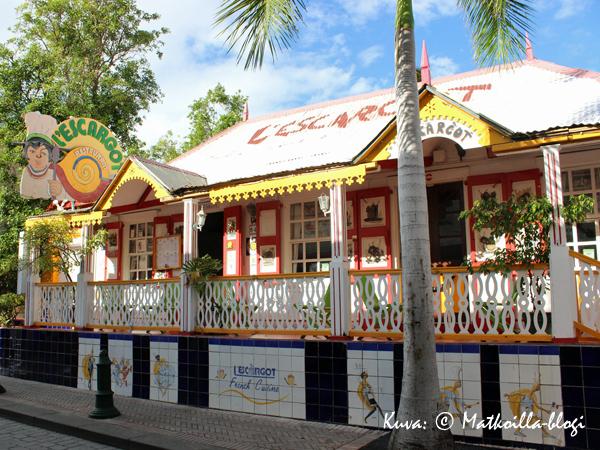 Karibian värejä Philipsburgin pääkadun varrella. Kuva: © Matkoilla-blogi