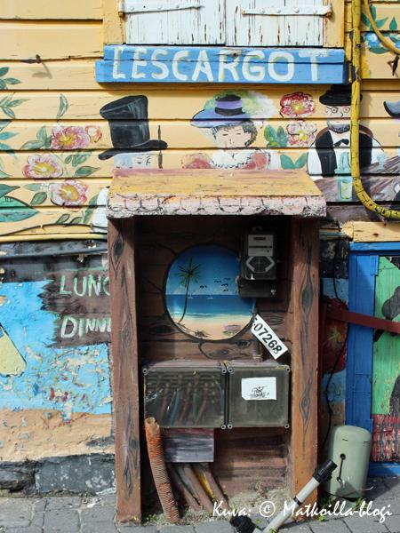 Samaisen L'Escargot-ravintolan mielenkiintoisen näköinen muuntajakaappi - toimiihan se näköjään näinkin. Kuva: © Matkoilla-blogi