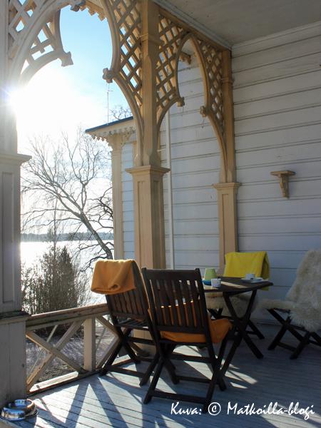 Kevättalven auringonsäteiden lämmittäessa terassi kutsui jo kahvittelijoita. Kuva: © Matkoilla-blogi