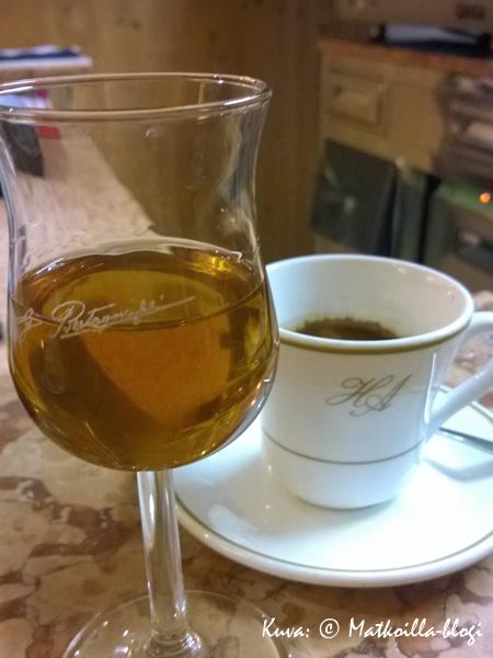 Tuhdin aterian päätteeksi digestiivi & espresso. Kuva: © Matkoilla-blogi