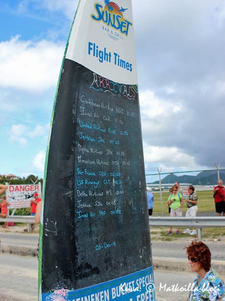 Maho Beachille päivän aikana laskeutuvat koneet voi tarkistaa taululta - tosin ajat ovat vain suuntaa-antavia. Kuva: © Matkoilla-blogi