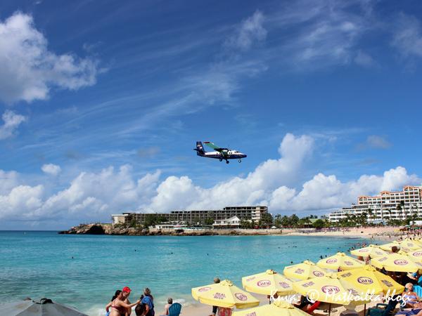 Maho Beach; useimmat laskeutuvat koneet ovat pieniä… . Kuva: © Matkoilla-blogi