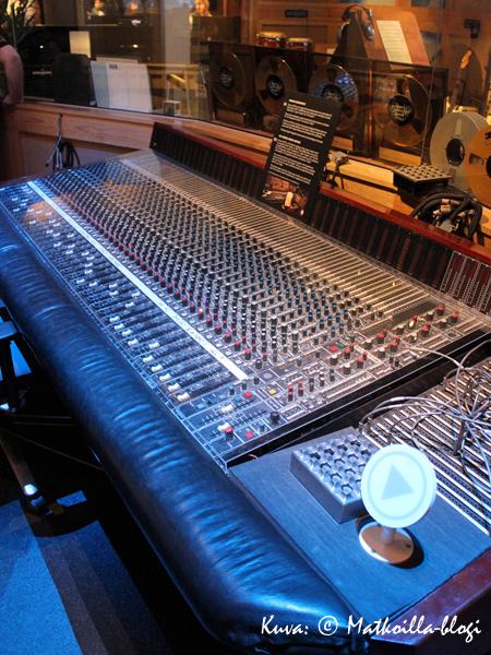 Mikseripöytä, jolla tunnusomainen soundi luotiin.. Kuva: © Matkoilla-blogi