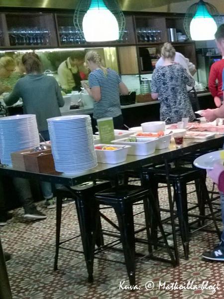 Scandic Grand Central; ravintolan koko aiheuttaa aamiaisella pientä ruuhkaa - huomatkaa kaunis vanha kaakelilattia. Kuva: © Matkoilla-blogi