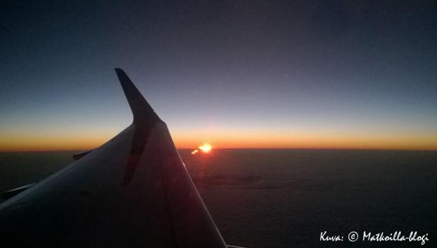 Aurinko nousee ja pitkä matkapäivä Floridaan alkaa. Kuva: © Matkoilla-blogi